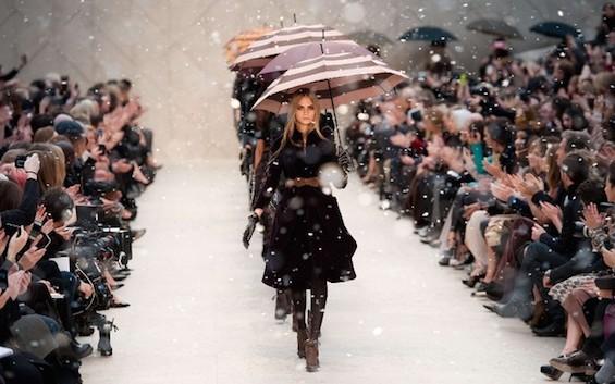 Burberry-Fashion-Show-with-Umbrellas