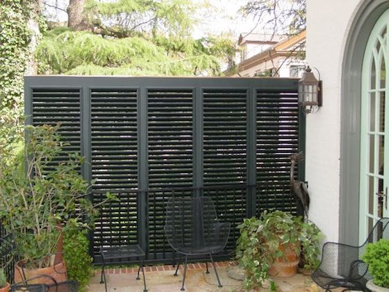18 attractive privacy screens for your outdoor areas omg. Black Bedroom Furniture Sets. Home Design Ideas